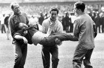 В Англии футбольных болельщиков избивают дубинками